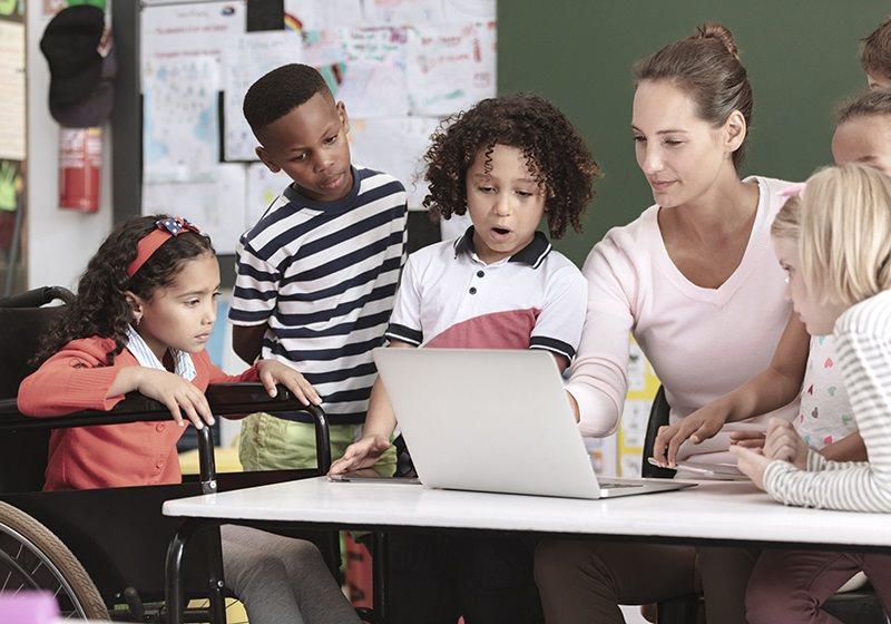 barn runt vuxen med laptop