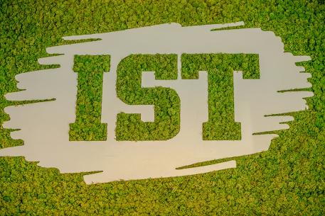IST logo mot grön bakgrund