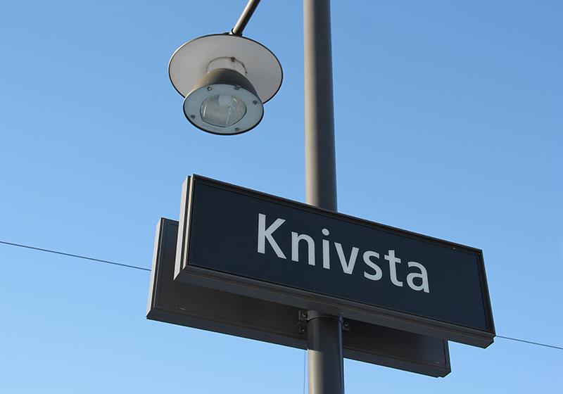 Bild på en tågstationsskylt som det står Knivsta på.