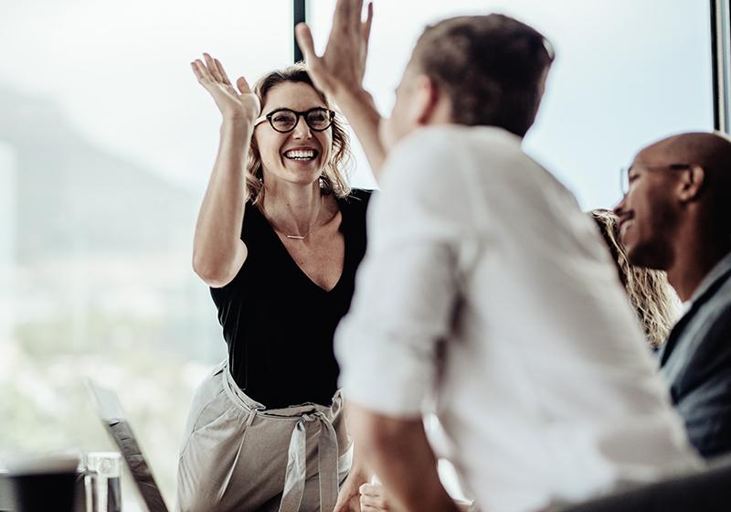 Två kollegor ger varandra en high five
